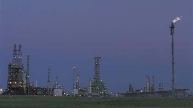 stockvideo's en b-roll-footage met ws, oil refinery - 1996