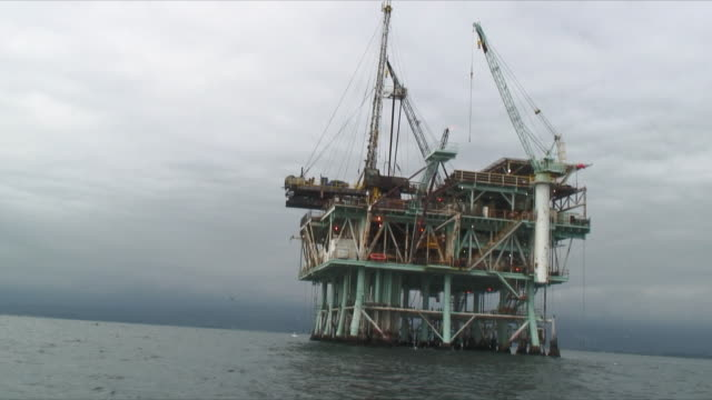 vidéos et rushes de ws zo pan oil rig and coast of santa barbara / santa barbara, california, usa - tour de forage