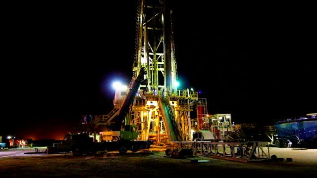 vídeos y material grabado en eventos de stock de plataforma petrolífera en la noche - plataforma de construcción