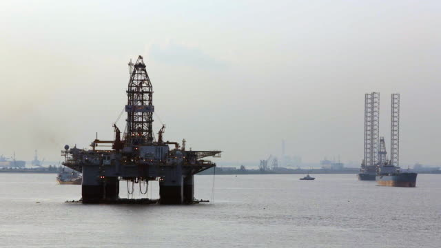 ws pan oil rig at sea / singapore - oil spill stock videos & royalty-free footage