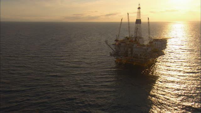aerial oil rig eureka in ocean at sunset, long beach, california, usa - piattaforma offshore video stock e b–roll