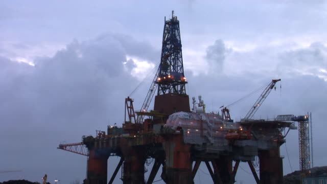vidéos et rushes de plateforme pétrolière offshore dans le - plateforme