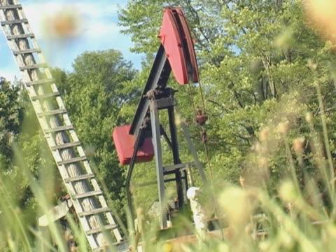 vidéos et rushes de plateforme pétrolière offshore à travailler tout au long de la journée - kérosène