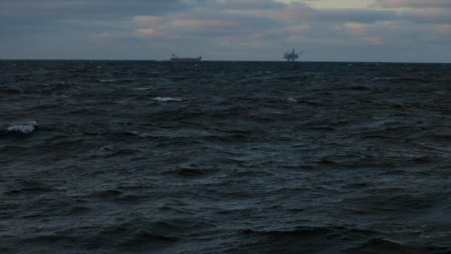 vídeos de stock, filmes e b-roll de plataforma de petróleo plataforma offshore no mar do norte - mar do norte