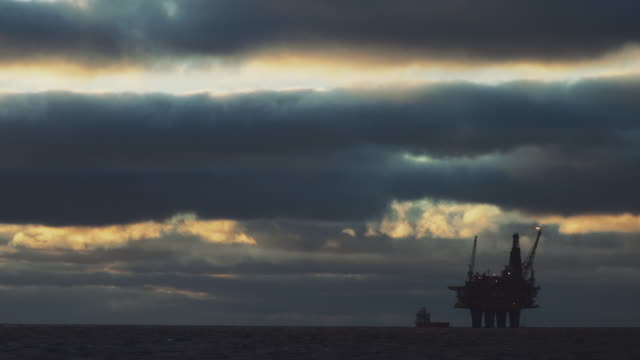 stockvideo's en b-roll-footage met olie rig offshore platform in de noordzee - olie industrie