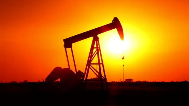 petroliera di pompaggio in west texas - trivella petrolifera video stock e b–roll