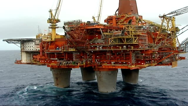 stockvideo's en b-roll-footage met commission blames poor high level management decisions r07110608 / 7 november 2006 norway north sea views of statfjord b oil platform general view of... - bp