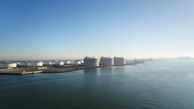 oil storage and lng containers - 貯蔵タンク点の映像素材/bロール