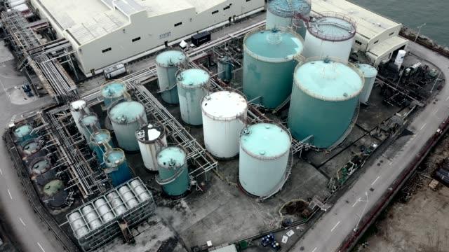 vidéos et rushes de réservoir de stockage de pétrole dans le port à tsing yi, hong kong - pétrole