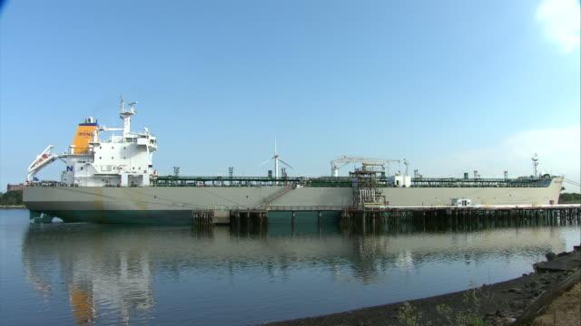 vidéos et rushes de ws oil tanker docked in mystic river / revere, massachusetts, usa - moins de 10 secondes