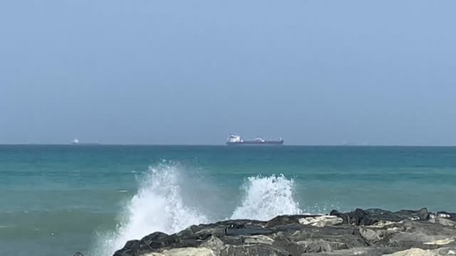 oil tankers anchor in the waters of the gulf of oman off the coast of the eastern uae emirate of fujairah - golfstaaten stock-videos und b-roll-filmmaterial