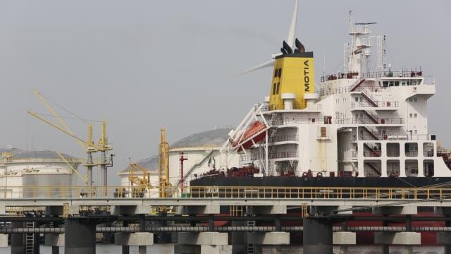 vídeos y material grabado en eventos de stock de oil tankers unloading in amsterdam docks, netherlands. - huella de carbono