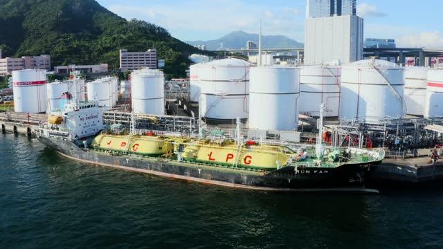 vídeos de stock e filmes b-roll de oil terminal tanker aerial view port - docas