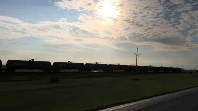 vidéos et rushes de oil train tanker at sunset - marchandise