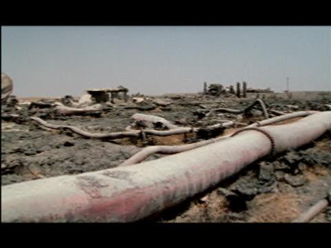 ws, pan, oil well equipment abandoned in desert, kuwait - 荒廃した点の映像素材/bロール