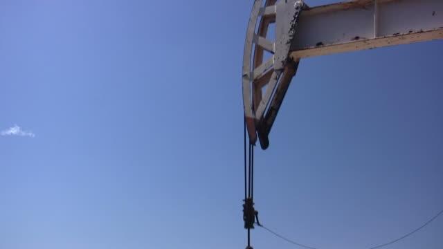 vídeos de stock, filmes e b-roll de bomba de poço de petróleo no campo - bomba de ar