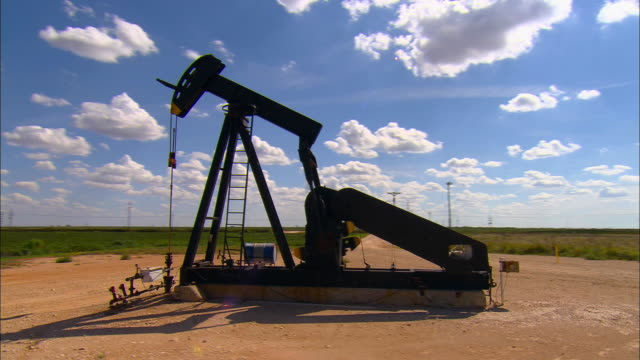 ws, ds, oil well near midland, texas, usa - industria petrolifera video stock e b–roll