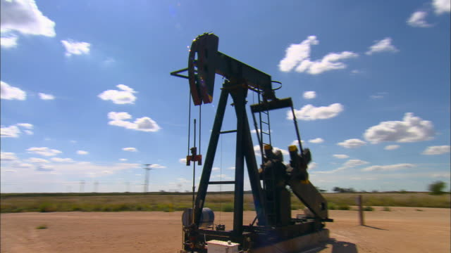 vidéos et rushes de ws, ds, oil well near midland, texas, usa - tour de forage