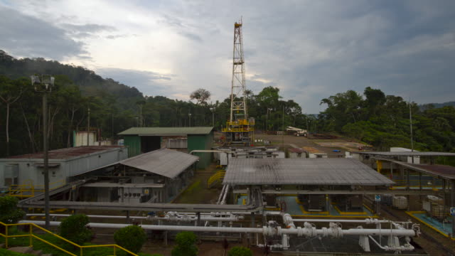 vídeos de stock e filmes b-roll de oil well platform surrounded by rainforest in the ecuadorian amazon, time-lapse - equador américa do sul