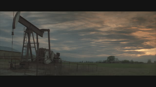 vídeos de stock, filmes e b-roll de ms, oil well pumping in field  - movimento perpétuo