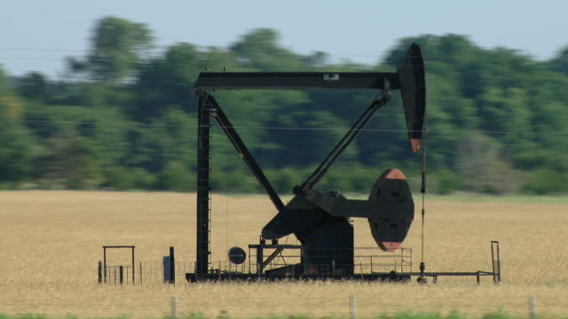 vidéos et rushes de oil well pumpjack pumping unit - tour de forage