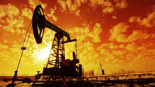 pozzo petrolifero - trivella petrolifera video stock e b–roll