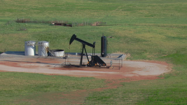 vidéos et rushes de oil well with pumpjack in oklahoma - tour de forage