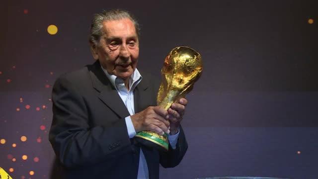 ojala que esta copa pueda venir a uruguay dice uruguayo ghiggia antes de tocar el trofeo voiced : la copa del mundo visita uruguay on january 16,... - tocar stock videos & royalty-free footage
