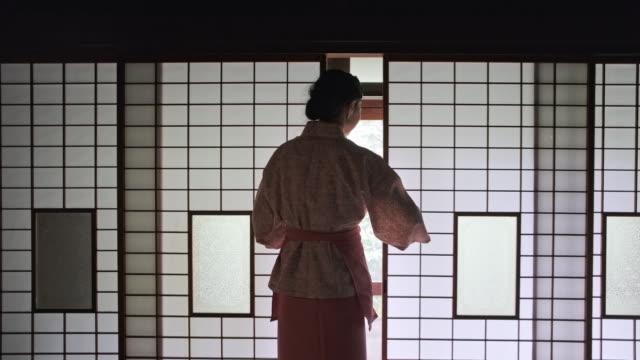 vídeos de stock, filmes e b-roll de portas deslizantes da abertura de okami no ryokan de tokyo - washitsu