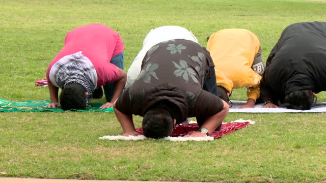 oklahoma city, ok, u.s - islamic students of university of oklahoma praying during rally in support of palestinian families during ongoing... - barefoot stock videos & royalty-free footage