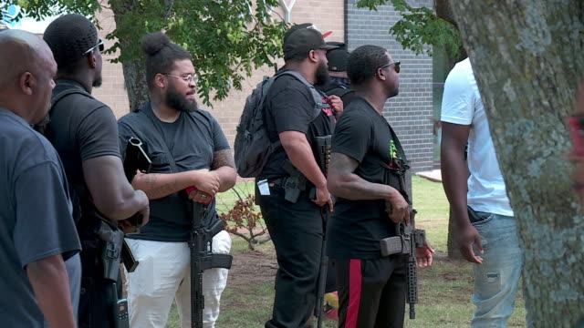vidéos et rushes de oklahoma city, ok, u.s. - people with firearms gathering in a black gun owners rally to bring awareness to their second amendment rights, on... - poing levé