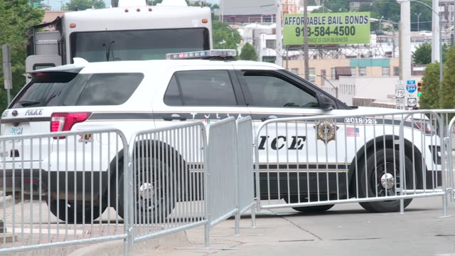 vidéos et rushes de kfor – oklahoma city ok us police force outside of bok center a day ahead of the president donald trump's first rally since the covid19 pandemic... - écriture européenne