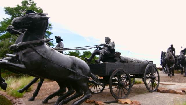 oklahoma city oklahoma okc land run sculpture of 1889 land run - rappresentazione di animale video stock e b–roll