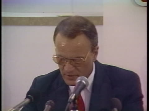 oklahoma football coach barry switzer resigns during a press conference in norman, oklahoma. - barry norman点の映像素材/bロール