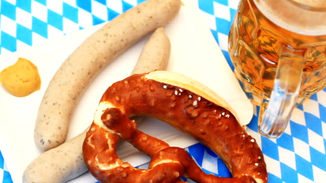 oktoberfest bianco salsiccia pretzel - baviera video stock e b–roll