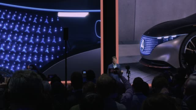 ola källenius , head of daimler ag, speaks at the daimler press conference at the company's booth at the 2019 iaa frankfurt auto show on september... - ベンツ点の映像素材/bロール