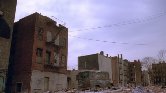 vídeos y material grabado en eventos de stock de ws, old abandoned apartment buildings - ciudad muerta