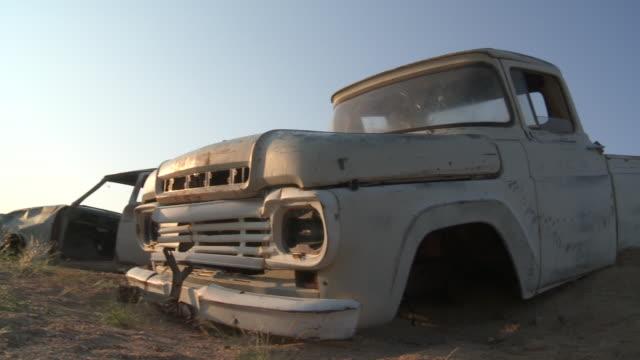 vídeos de stock, filmes e b-roll de old abandoned car in desert - imperfeição