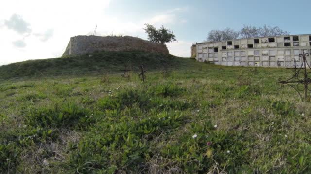 dolly : た古い墓地 - 宗教上のシンボル点の映像素材/bロール