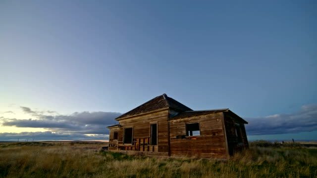 old abandoned house farmhouse pioneers great depression settlers at sunset 1 - oregon us state stock videos & royalty-free footage