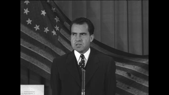 vidéos et rushes de old american flag on curtained wall, sound tech with clapboard and nixon enters / sot nixon extolling the virtues of the exhibit; sponsorship of... - richard nixon