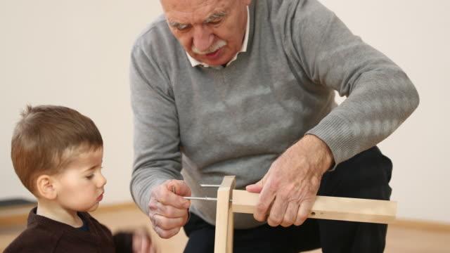 老いも若き職人 - 男の赤ちゃん点の映像素材/bロール