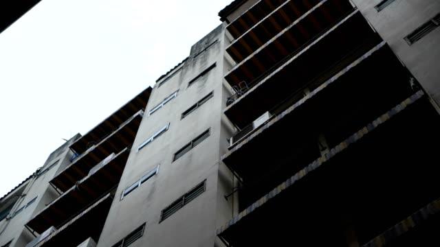 vidéos et rushes de ancien appartement, bangkok thaïlande - délabré