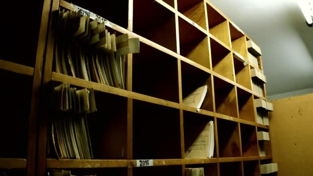 altes archiv - bücherregal stock-videos und b-roll-filmmaterial
