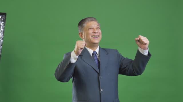 oude Aziatische zakenman in grijs pak 4k
