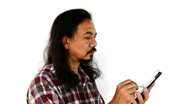 旧アジアの男性タブレット pc を使用して-白い背景の上。 - ワーキングシニア点の映像素材/bロール