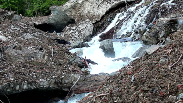 alte avalanche schmelzen in spring valley - schlamm stock-videos und b-roll-filmmaterial