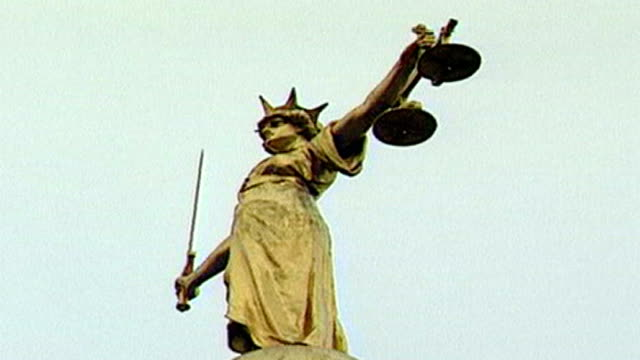 old bailey court one hundred years old; scales of justice statue - 正義の天秤点の映像素材/bロール