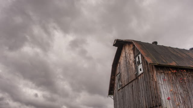 stockvideo's en b-roll-footage met old barn time lapse - boerderijschuur