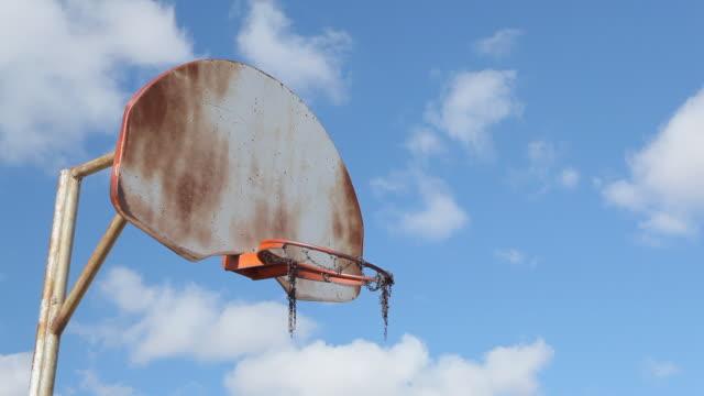 vídeos y material grabado en eventos de stock de old canasta de baloncesto - obsoleto